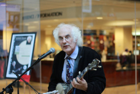 Stephen Wade performing in the James E. Walker Library. Photo by Michael Watson.
