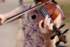 Performing arts major Linda Fry plays violin outside the Keathley University Center on Tuesday, Jan. 20, 2015. She has been playing the violin for 15 years. (MTSU Sidelines/Samantha Hearn)